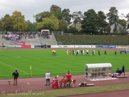 04.10.09 Bonner SC : Waldhof Mannheim - Einlauf der Mannschaften