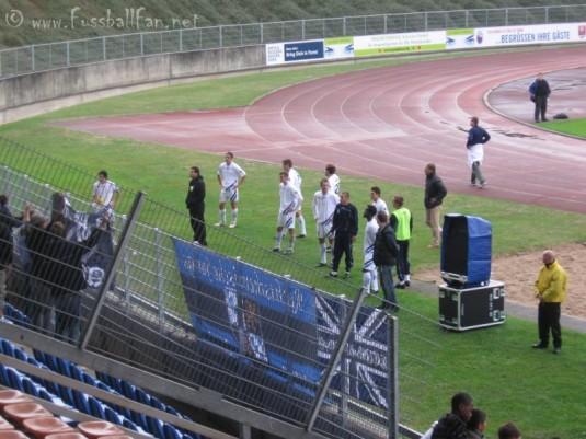 sprachlosen Mannheimer Spieler nach dem Spiel vorm Gästeblock
